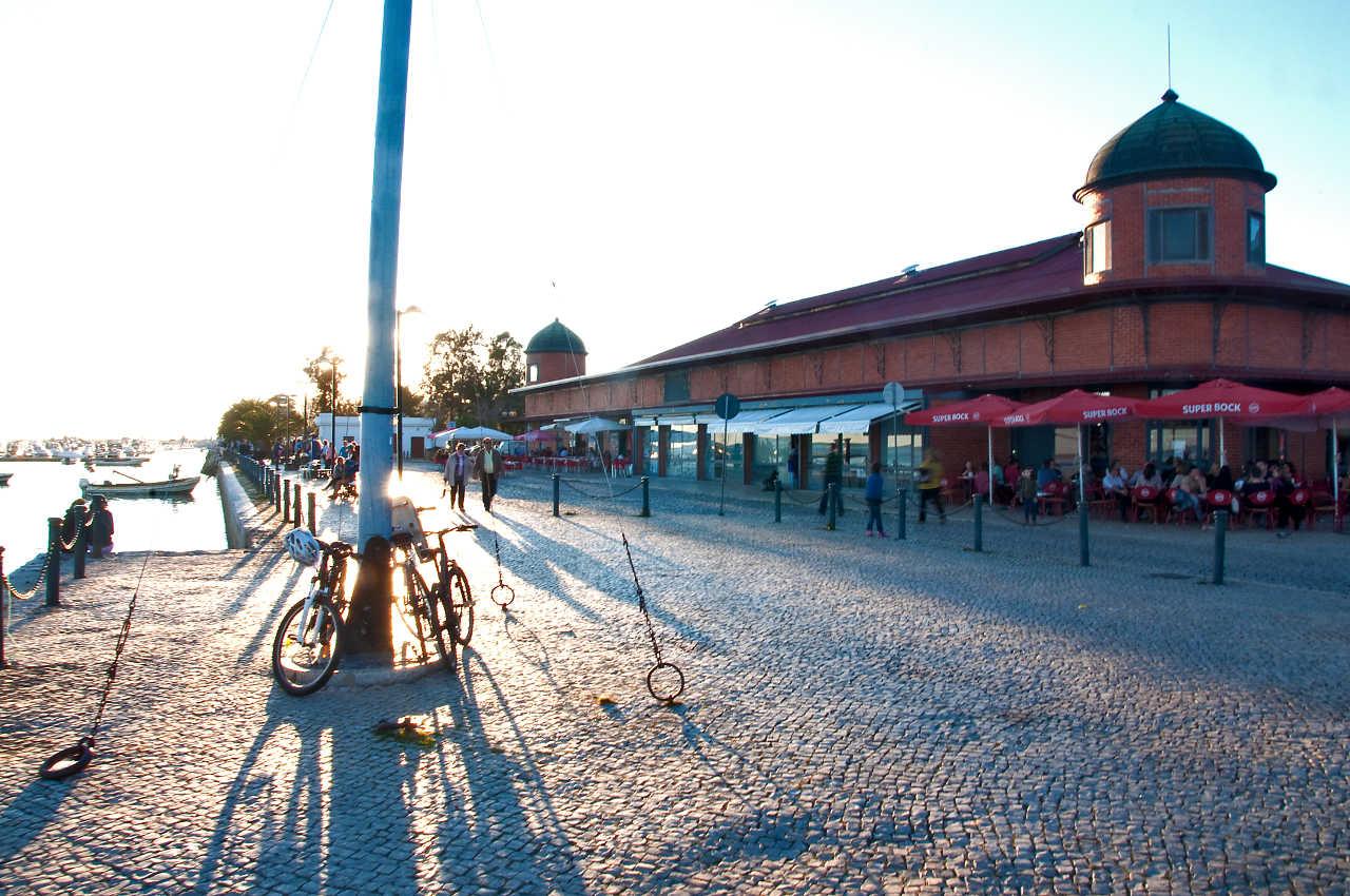 Markthalle in der frühen Abendsonne